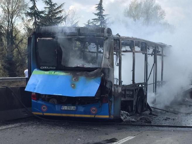 Ousseynou Sy e il bus in fiamme a Milano: «L'assalto? Lo rifarei cento volte». L'autista e il piano per volare in Africa