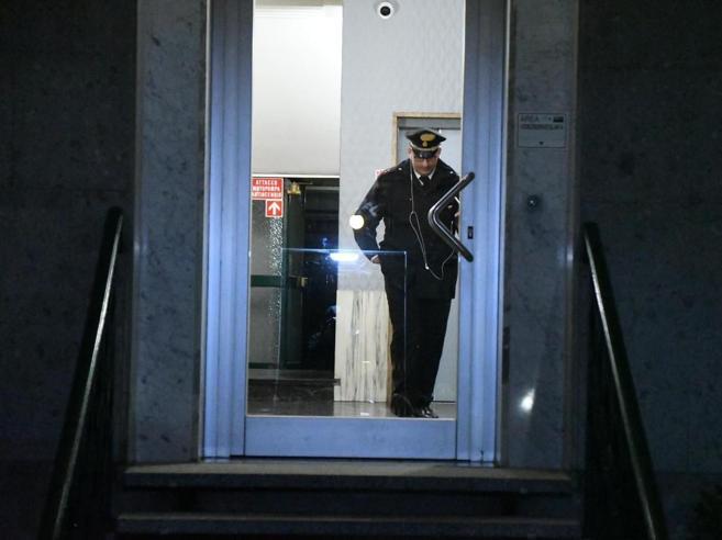 Milano, donna di 49 anni uccisa in casa a coltellate: si ce