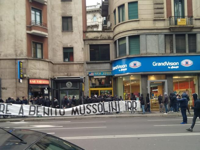 Milano, striscione neofascistadei tifosi laziali:  «Onore
