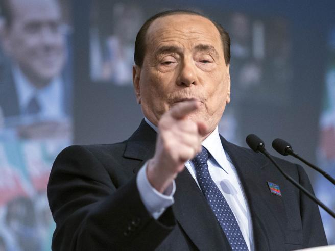 Berlusconi in ospedale per una colica renale. «Ma sto bene»