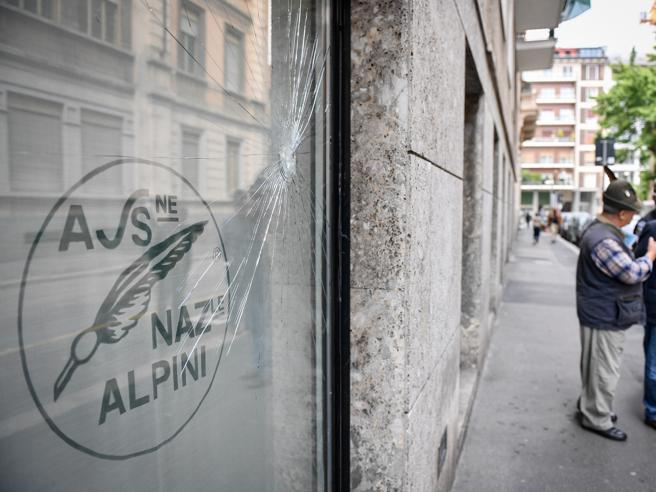 Alpini a Milano, raid vandalici: infranta vetrina e scritte allo ...
