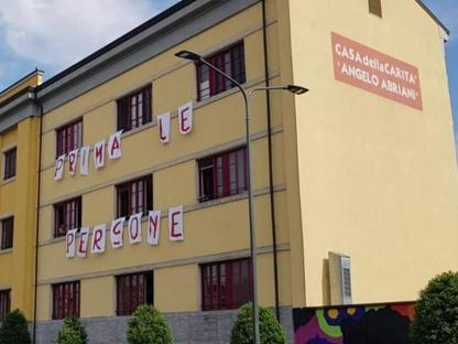 e47888b2cffd61 Tra gli slogan  «I nostri balconi sono più alti dei tuoi muri»