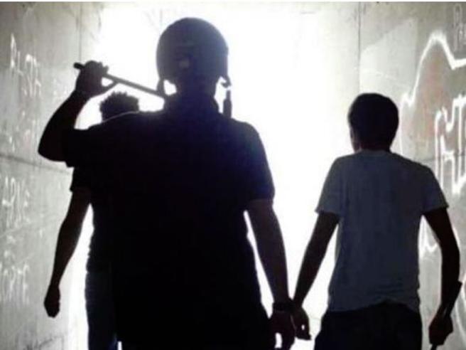 Quindicenne seviziato nel box, 4 anni ai bulli: prima condanna per «tortura» in Italia