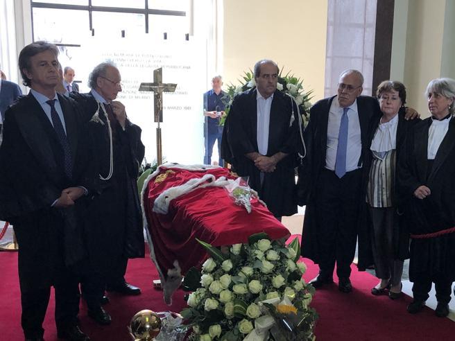 Francesco Saverio Borrelli, la camera ardente e i funerali. Attorno alla bara  il pool di Mani Pulite