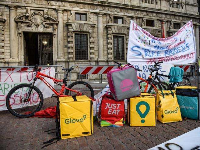 Migranti irregolari tra i rider, indaga la Procura di MilanoLa video-inchiesta: «Dammi il 20% e ti cedo l'account»