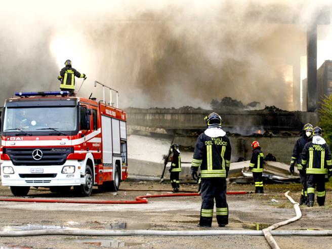 Processo record per l'incendiodei rifiuti: 8  condanne Foto|Video