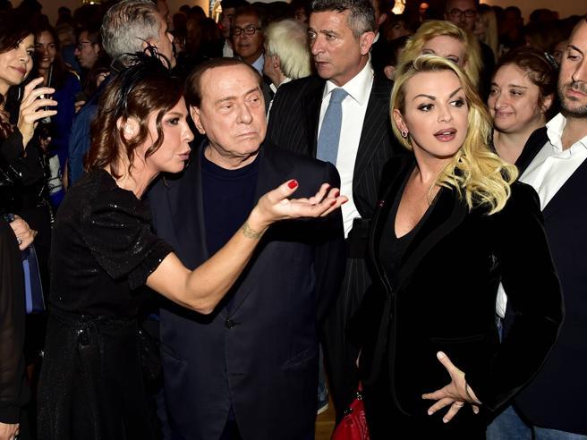 La mostra di Luna Berlusconi, c'erano lo zio Silvio e Francesca Pascale