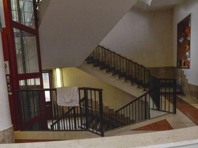 Morto il bambino caduto dalle scale della scuola: si indaga per omicidio colposo