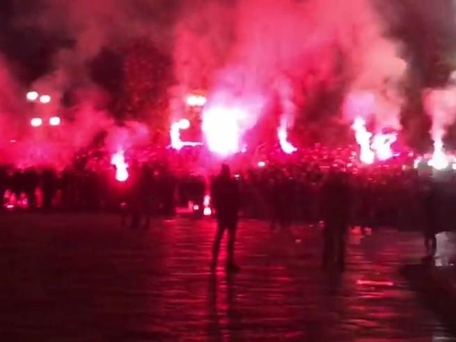 Atalanta-Dinamo Zagabria, gli ultrà croati bloccano il traffico di Milano Cappucci neri, cori e fumogeni
