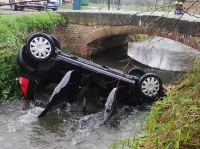 Gambolò, nonna perde il controllo dell'auto che si ribalta in un canale: è grave, salva la nipotina di 6 anni