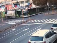 Incidente Milano bus-camion Amsa: morta la passeggera sbalzata fuori. Ecco il video choc dell'incidente