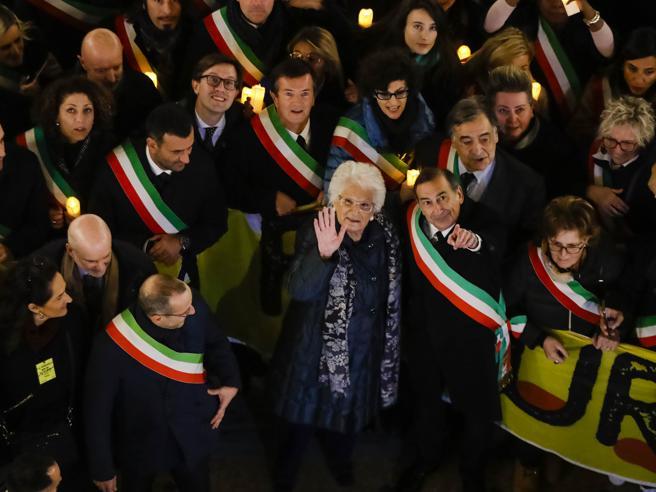 Liliana Segre a Milano, l'abbraccio dei 600 sindaci: «Siamo noi la sua scorta»