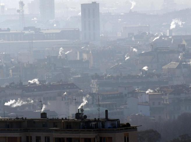 Smog a Milano, lo sciopero Trenord blocca i divieti più rigidi. E Torino ferma i diesel Euro 5