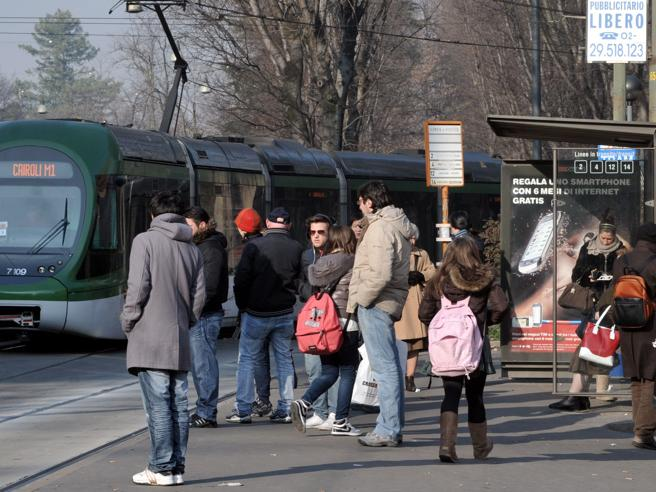 Milano, Sala: «Sarà vietato fumare  alle fermate di  autobus