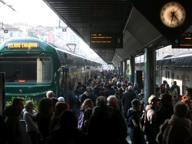 Garbagnate, lamiere sui binari: danni al treno, pendolari bloccati due ore