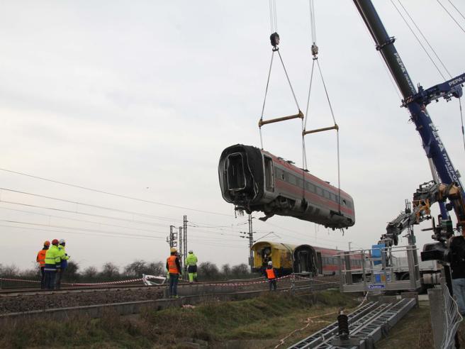Treno deragliato a Lodi, iniziata la rimozione del Frecciarossa: tolti i primi due vagoni