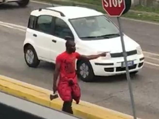 Armato di ascia in strada  spacca auto e semina il panico: arrestato  Video