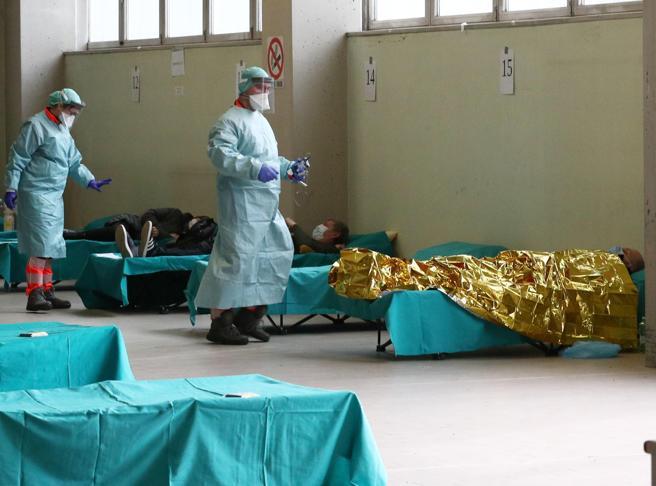 Coronavirus, in Lombardia oltre 700 in terapia intensiva. Gallera: «Vicini a punto di non ritorno». Polemiche sulle mascherine: «Sono stracci»