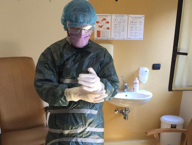 Coronavirus Milano, «Sacchi di plastica e scotch al posto delle tute. Noi infermieri tra i pazienti infetti della Igea»