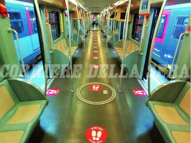 Metropolitana Milano, ecco i cerchi rossi che segneranno le distanze: «Stai qui»
