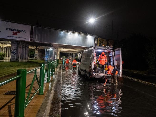 Nubifragio su Milano, esonda il Seveso Vie allagate e quartieri in blackout Il video