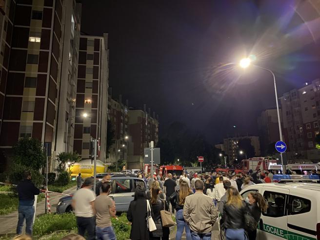 Minaccia di buttare i tre   figli dal 7° piano: dopo 4 ore blitz    di carabinieri e pompieri