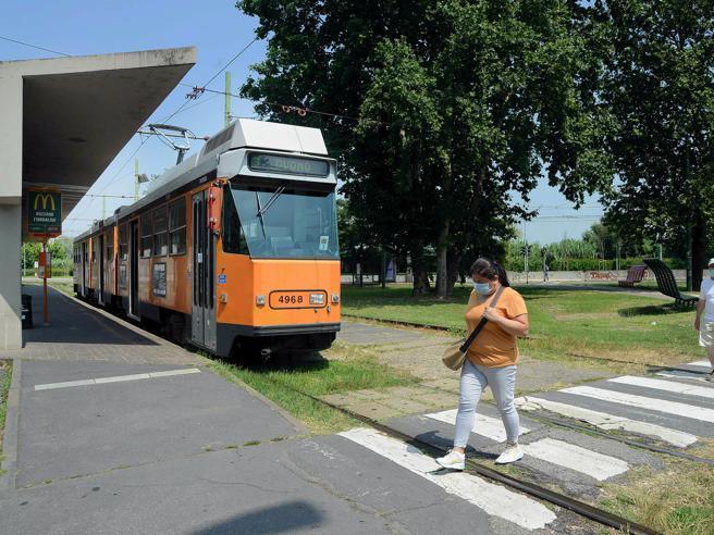 Milano, folle picchia il conducente di un tram e si mette alla guida: bloccato dopo pochi metri