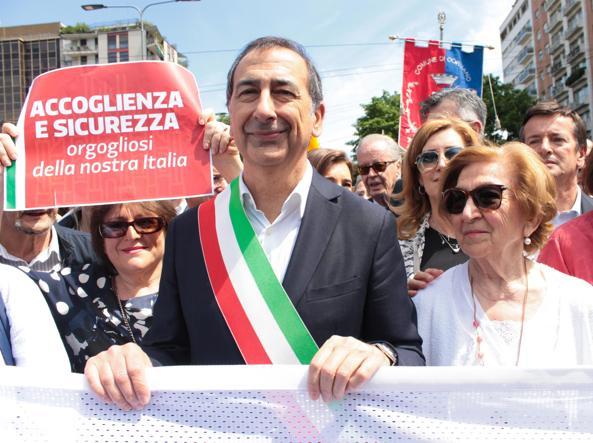 Il sindaco di Milano Beppe Sala insieme alla mamma Stefania alla marcia per i migranti nel 2017