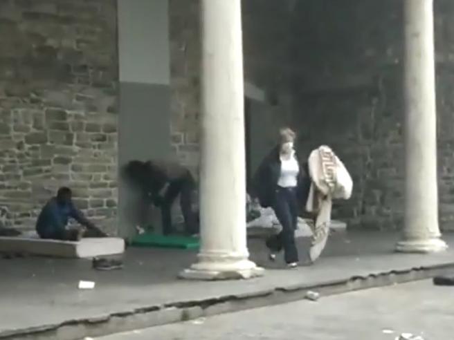 Como, bufera sull'assessora: strappa  la coperta al migrante Video