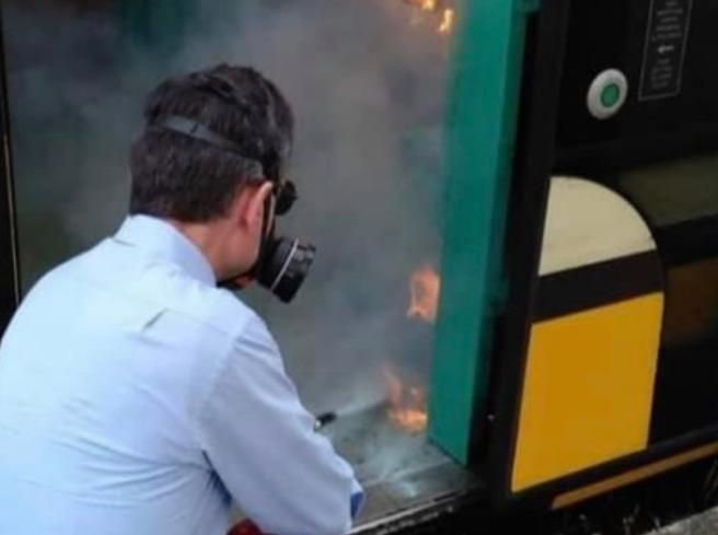 Danno fuoco al gel disinfettante sul tram: incendio spento dall'autista