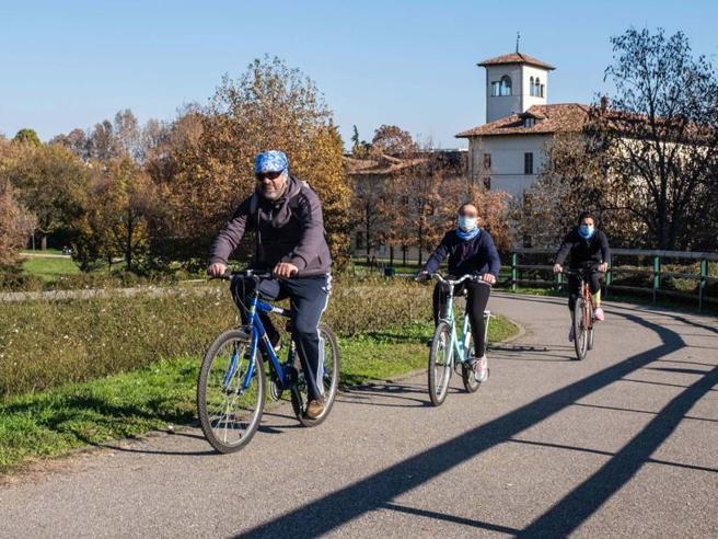 Covid a Milano, ottanta chilometri in bicicletta e tutti in regola per accarezzare la città più verde