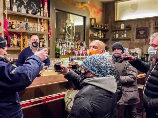Milano, ai tavoli dei ristoranti ribelli clienti affezionati e bisognosi