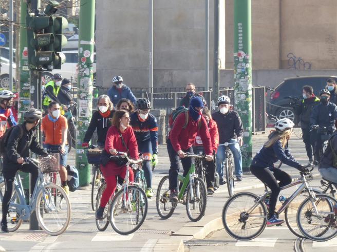 Milano, dalla Darsena a Sanremo in bicicletta: la «protesta» dei lavoratori di cultura e spettacolo