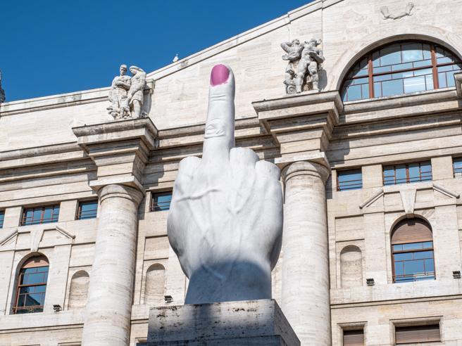 Il Dito di Cattelan con lo «smalto» rosa sull'unghia: la provocazione di Ivan dedicata alle donne per l'8 marzo