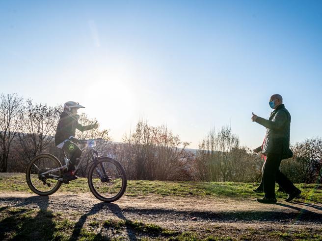 Monte Stella, la battaglia del verde tra bikers e ambientalisti: esposti e blitz di protesta con vanghe e rastrelli