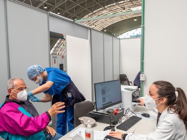 Vaccini Covid, la Lombardia supera le 65 mila somministrazioni al giorno Da venerdì le prenotazioni dei 60 64enni