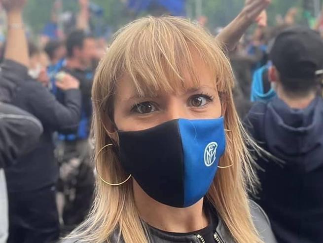 Inter, festa scudetto: la leghista Silvia Sardone tra i tifosi nerazzurri in piazza. Ironia social: un sopralluogo?