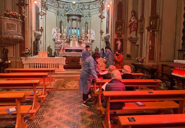 A Cadero il vaccino Covid si fa in chiesa: le panche  trasformate in sala d'attesa