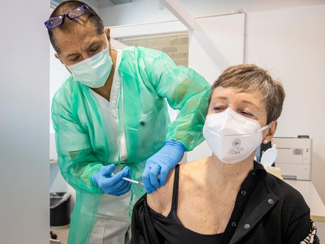 Vaccini Covid Lombardia,  crolla il no ad AstraZeneca. E da domani partono le prenotazioni per i 50enni