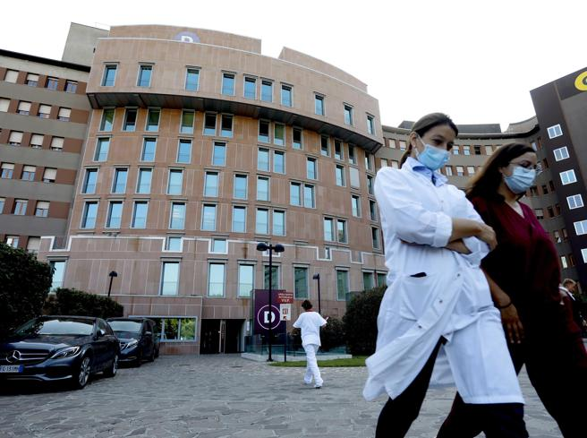 Silvio Berlusconi è di nuovo ricoverato all'ospedale San Raffaele di Milano