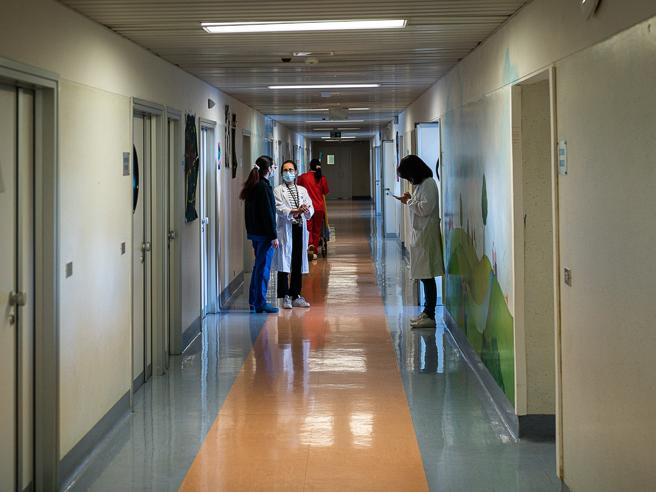 Lombardia, la lista d'attesa dei ragazzi per i reparti di psichiatria. «Mi faccio del male, è un antistress»