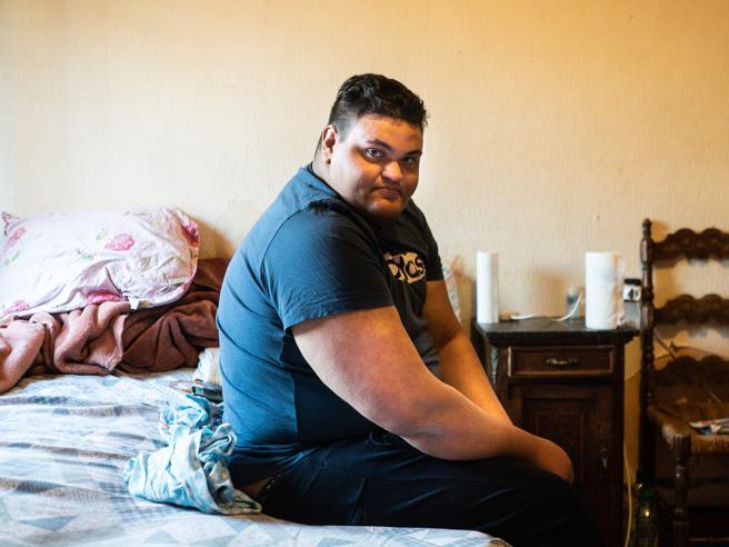 Tarek, il ragazzo fantasma di 140 chili invisibile a istituzioni e sanità: «Intrappolato a letto da aprile 2019»