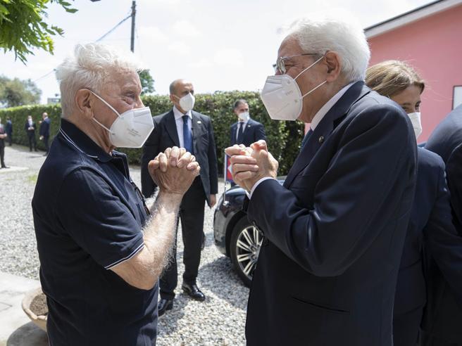 La visita di Mattarella a don Mazzi. Poi l'incontro in comunità con un profugo e un ex tossicodipendente