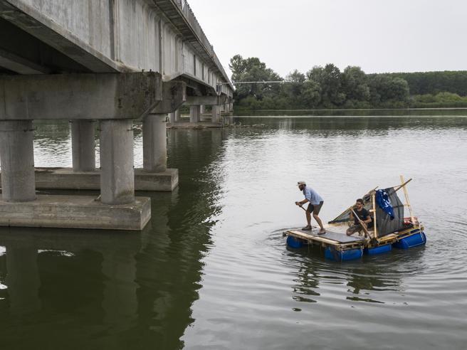 Cremona, in zattera sul fiume Po: l'avventura (green) di Alex Bellini e Emanuele Malloru