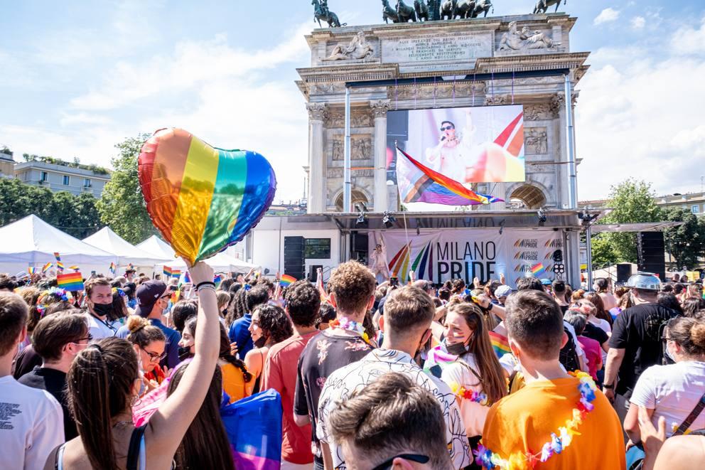 Milano Pride, festa arcobaleno all'Arco della Pace- Corriere.it
