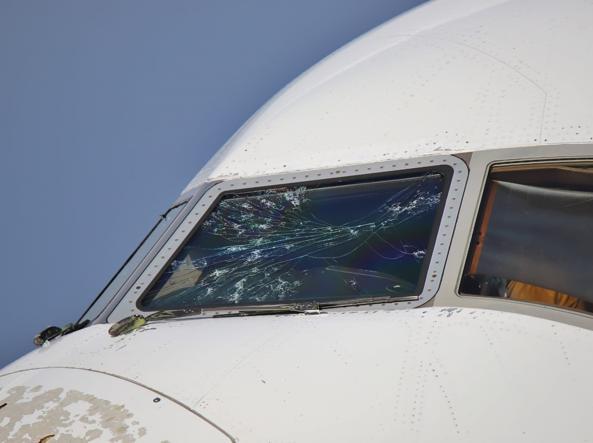 Il vetro rotto del parabrezza (foto Vola Milano Malpensa)