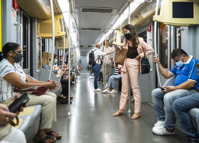 Covid a Milano, studio Ats: rischio molto modesto sui mezzi pubblici
