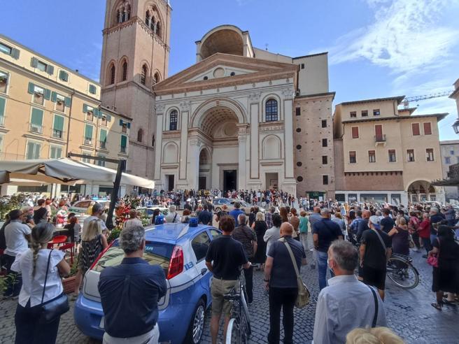 Folla ai funerali di Giuseppe De Donno pioniere della terapia del plasma iperimmune|  Foto