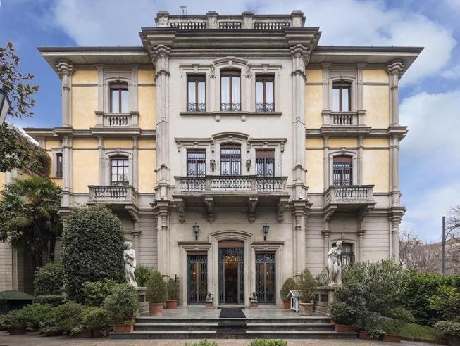 Milano, la super villa venduta per 20 milioni di euro: 15 camere con spa, cinema, palestra e parco