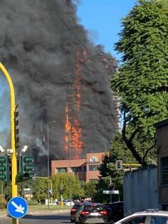 Milano, il grattacielo di via Antonini avvolto da fiamme e fumo: le foto